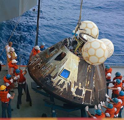 كبسولة القيادة أبولو 13 بعد التقاطها بسفينة البحرية الأمركية USS Iwo Jima في المحيط الهادي.