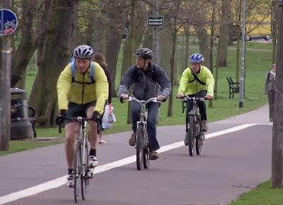 Ciclistas con prendas reflectantes