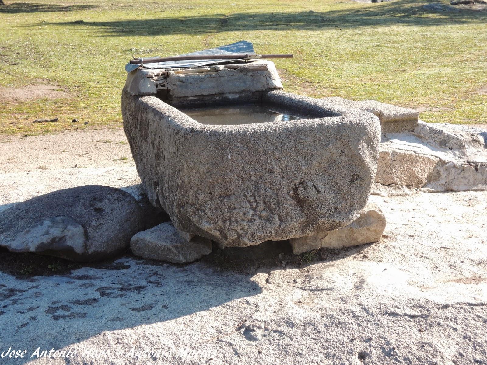 Rioyeguas bebedero de granito integrado en la dehesa for Granito en piedra