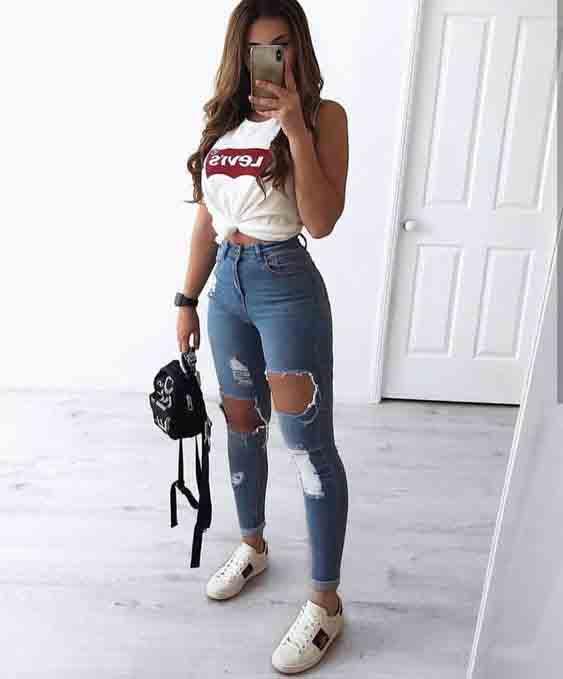 Calça jeans destroyed e tshirt branca