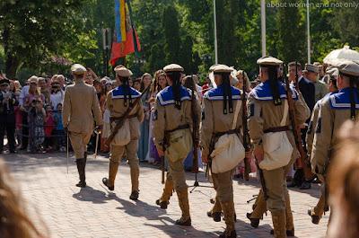 Soldati in sir, fanfara canta.