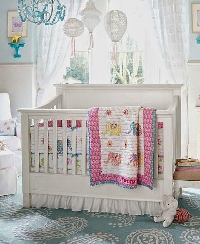 cuarto de bebé muy luminoso