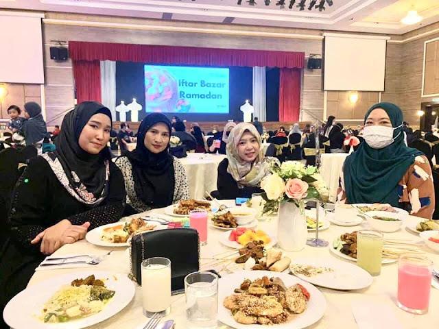 Hari Kedua Puluh Berbuka Puasa Aku Makan Bersama Geng Bas Sekolah