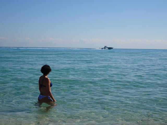 La donna en la playa de Miami