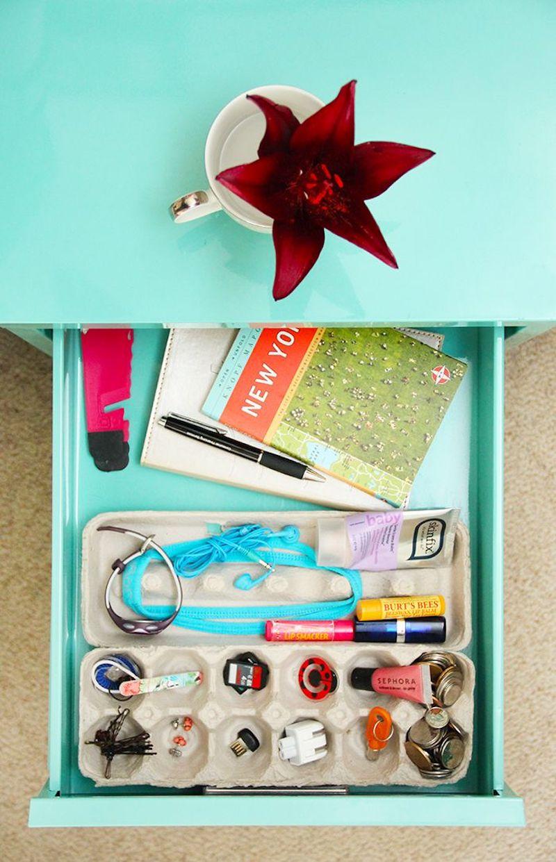 Hueveras de cartón para organizar los cajones con cosas pequeñas: pendientes, cables, clips...