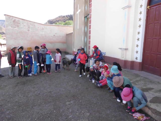 Zum Frühstück an Weihnachten waren die Kinder von mir eingeladen worden. Es gab Süßes und Nescau.