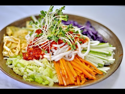 Mỳ trộn Hàn Quốc chua cay hấp dẫn tại Hà Nội