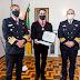 Governador Eduardo Leite recebe a medalha do Mérito Naval