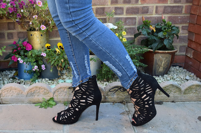 What Cat Says - What Cat Wore | Lace & Denim - Jeans & Shoes