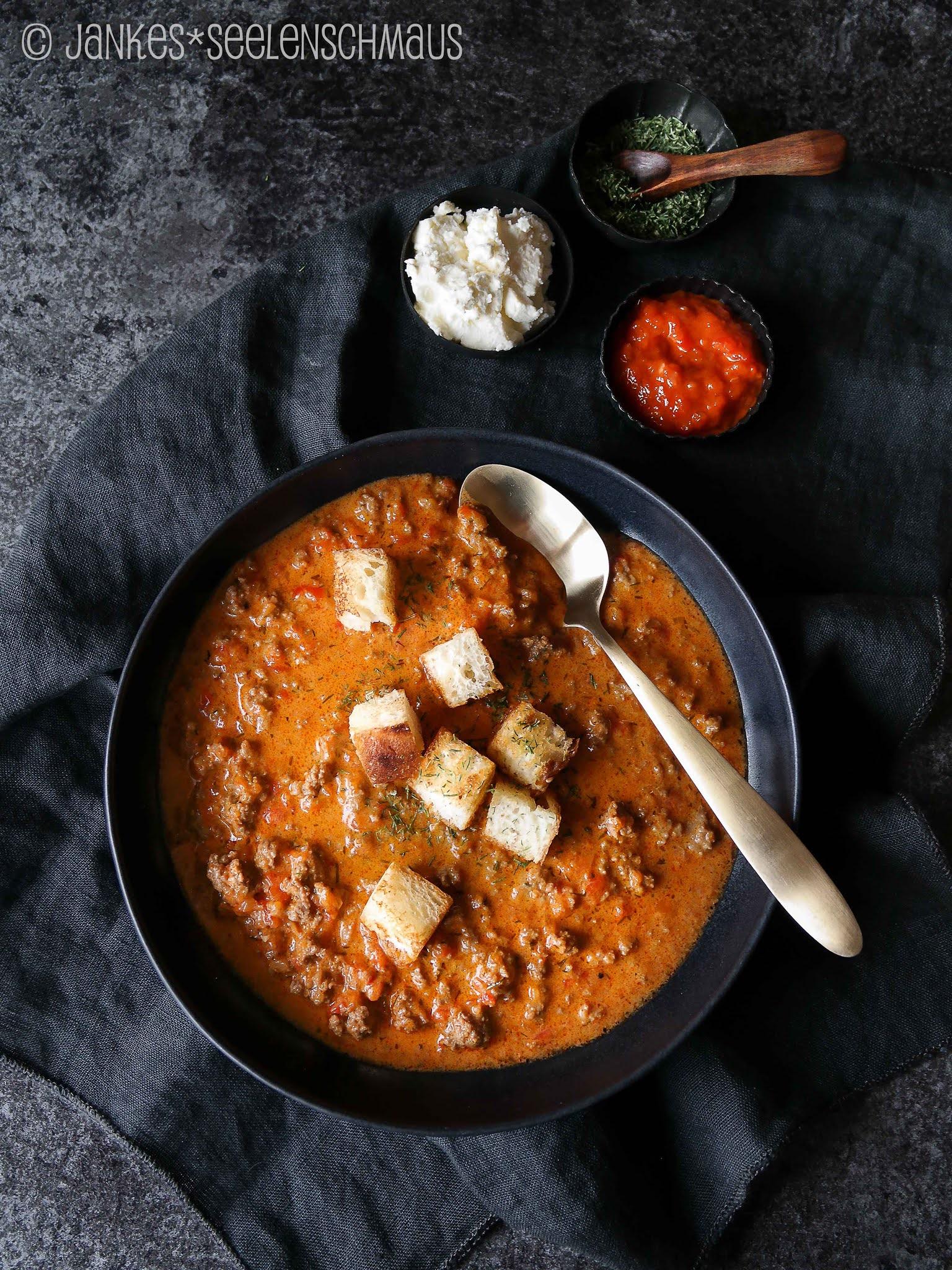 Suppe mit Ajvar, Hack und Feta