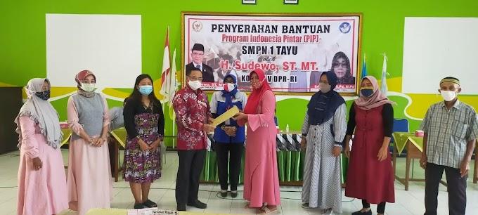 H. Sadewo, ST. MT Bagikan Kartu Indonesia Pintar KIP di SMPN 01 Tayu Pati