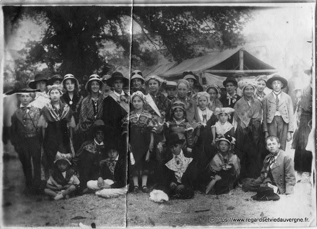 photo de jeunes Auvergnats en tenue folklorique