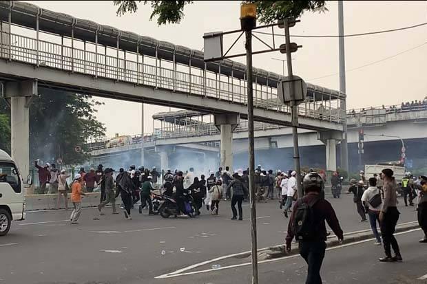 Kericuhan Pecah Usai Vonis Habib Rizieq, Polisi Tembak Gas Air Mata