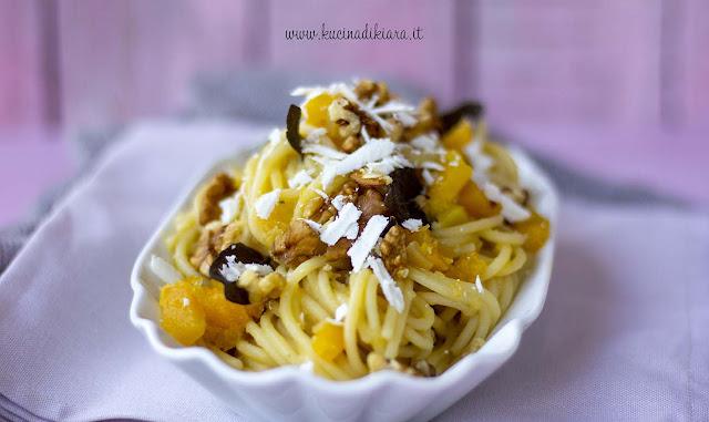 Spaghetti con ragù bianco di zucca, salvia fritta e noci