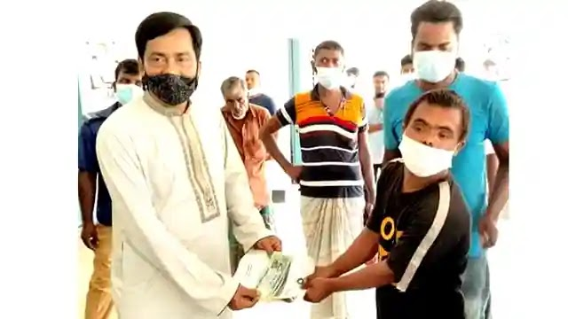 উল্লাপাড়ায় সুবিধা ভোগীদের মাঝে ভাতা প্রদান