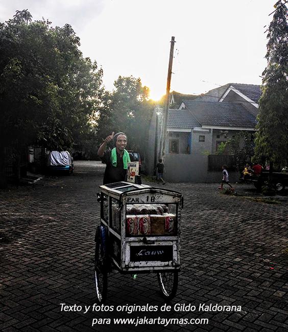 Vendedor ambulante de pan de molde en Yakarta
