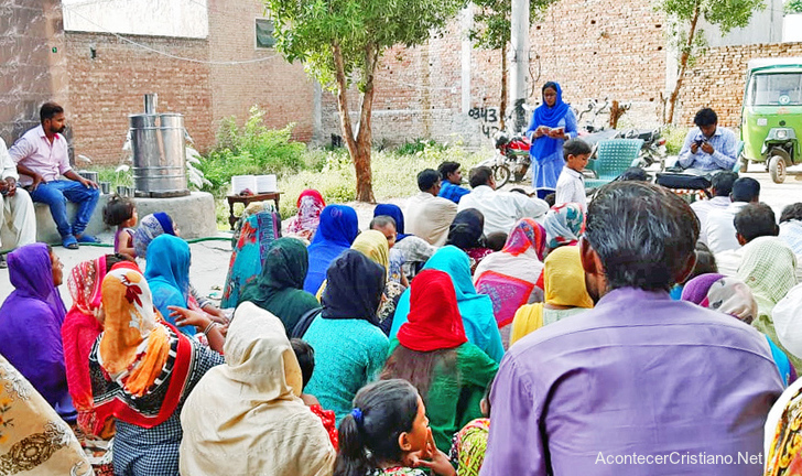 Mujeres pakistaníes aprenden el Evangelio en talleres de costura