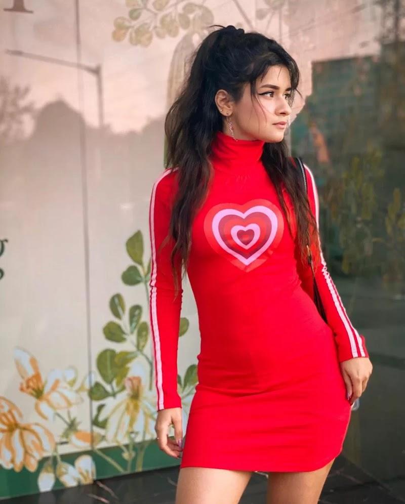 avneet-kaur-latest-pic-in-red-dress-getpics