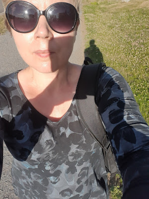 Kirjoittaja lenkkeilee puuvillaisessa kesämekossa