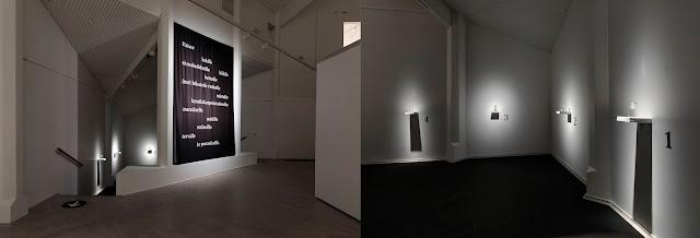 Kuvakokonaisuus muodostuu kahdesta erillisestä kuvasta. Vasemmalla on näkyvissä koko ääni-hajuinstallaatio Mitä jää kun… Kouvolan taidemuseo Poikilon näyttelytilassa. Oikealla puolella on yksityiskohta installaatiosta. Siinä näkyy seiniin kiinnitetyt neljä pientä hyllyä, jotka on numeroitu 1:stä 4:ään. Kullakin hyllyllä on yksi hajupullo.