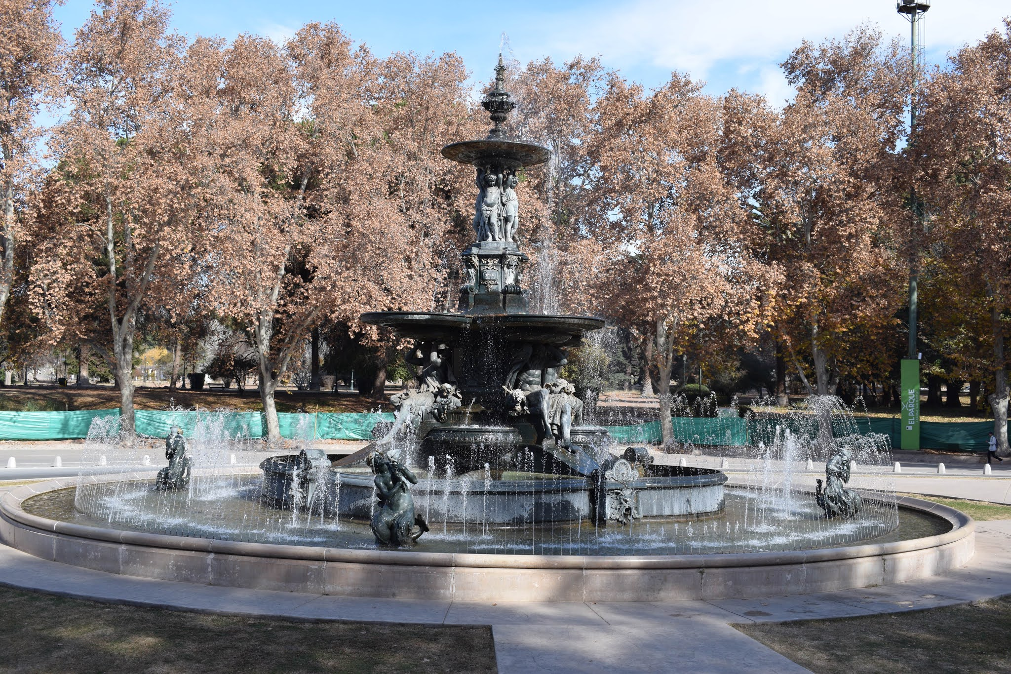 parque com arvores e uma fonte de agua