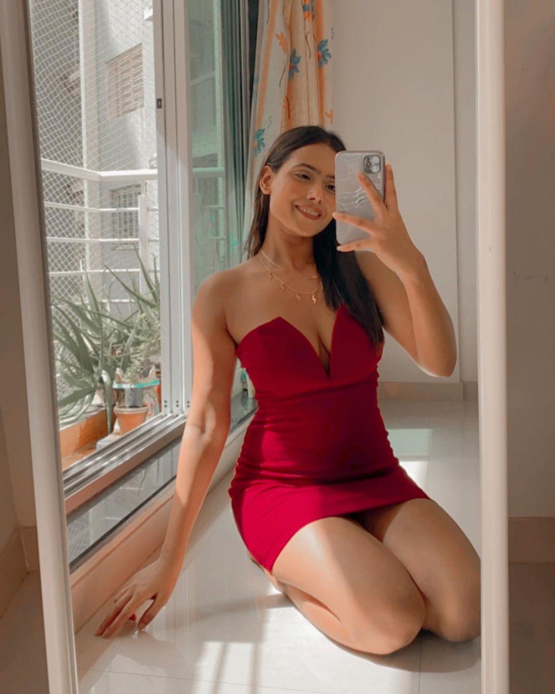 Mirror Selfie Pose For Girl