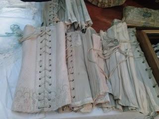 Antiguos corsés en el desembalaje de Irun