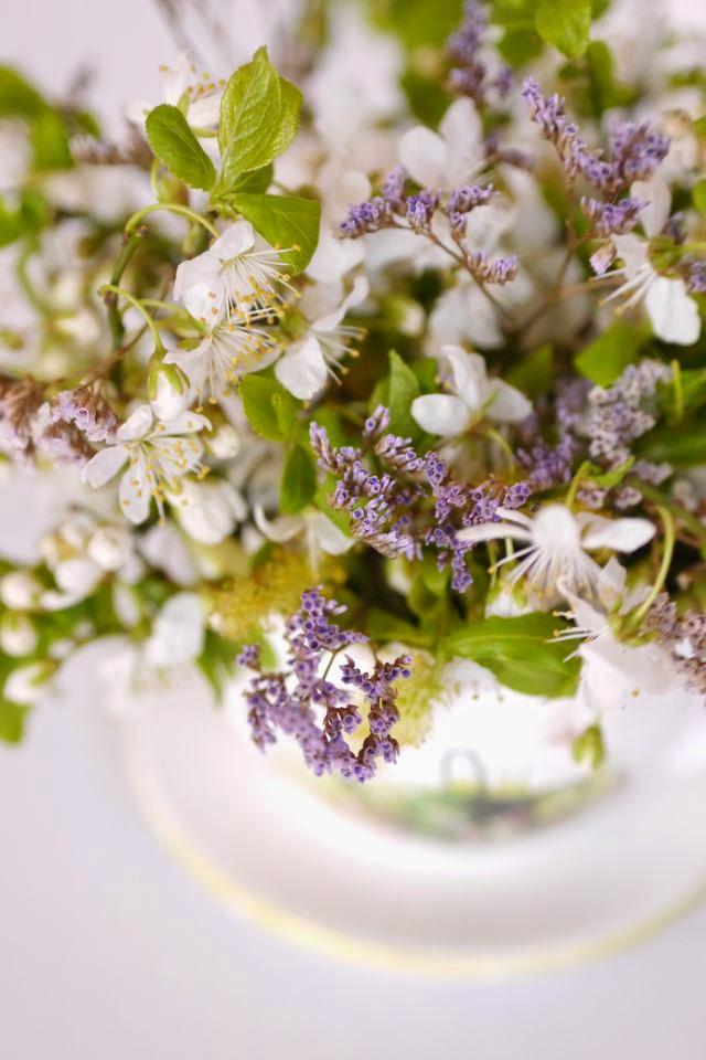 spring tea party, coffee cup white lila garden flowers, shabby chic eveniment  ceasca cu flori primavara mov alb aranjament floral mese nunta botez