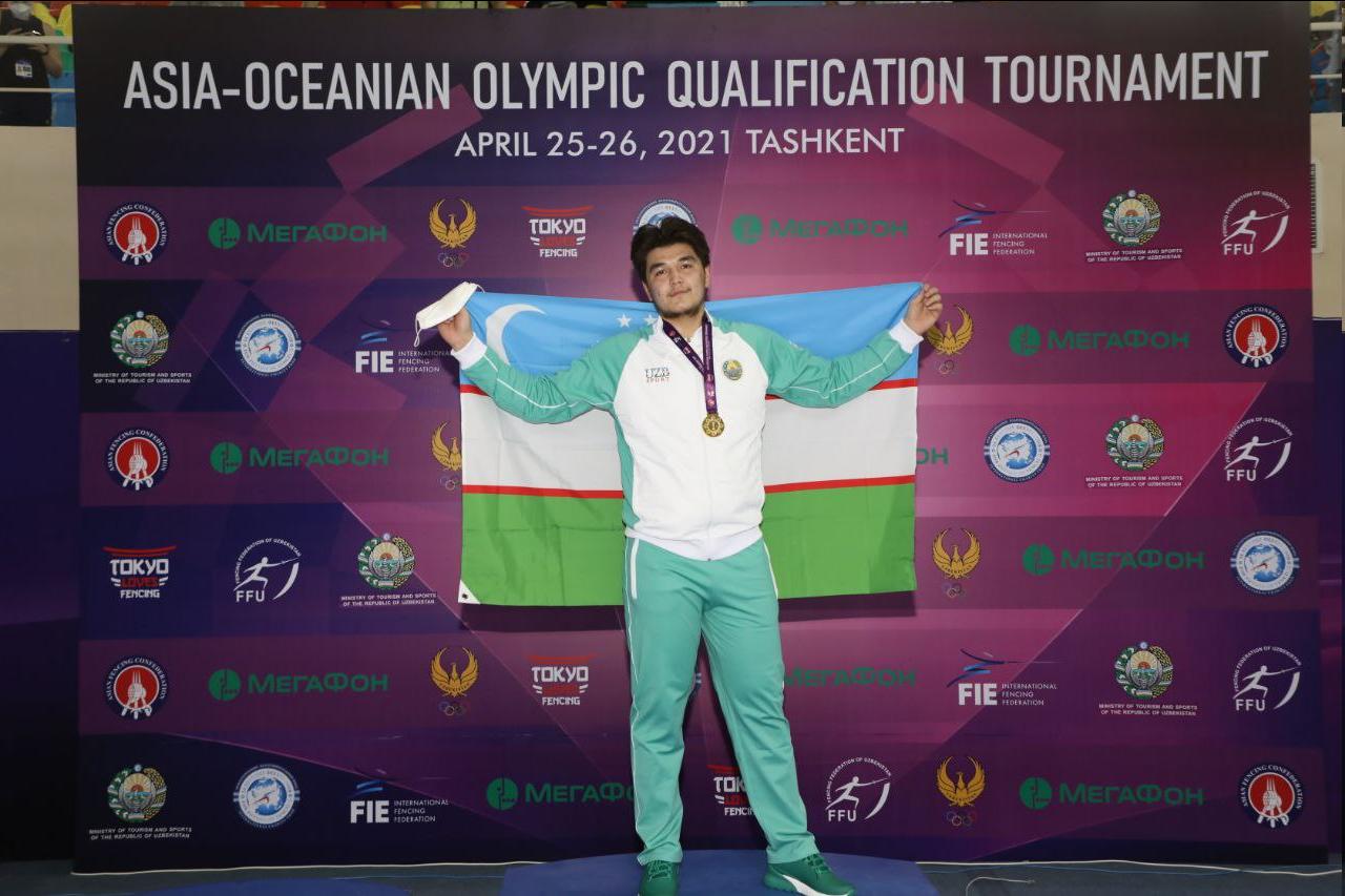 Sherzod Mamutov segura bandeira do Uzbequistão ao vencer pré-olímpico