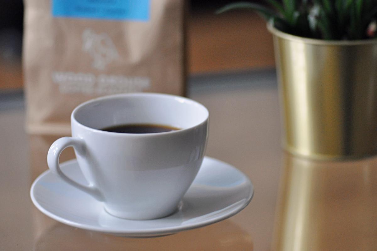kawa na stoliku w filiżance