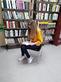 Девочка читает книгу бібліотека-філія №4 фото