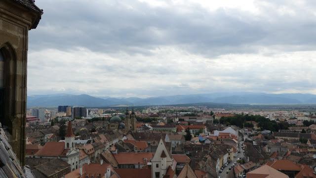 Blick von oben: Sibiu und die Transsylvanischen Alpen