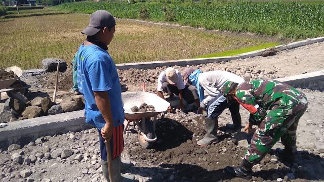 Gotong Royong Bersama Masyarakat Babinsa Memberikan Himbauan Pencegahan Covid-19