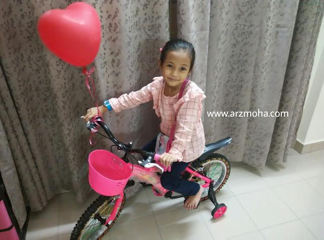 basikal kanak-kanak, basikal pink, kanak-kanak dan basikal, hadiah hari jadi CIk Puteri, hadiah basikal untuk kanak-kanak, kebaikan sukan berbasikal pada kanak-kanak, Hadiah untuk kanak-kanak 5 tahun, kids with bicycle, kanak-kanak sukakan hadiah, hadiah sesuai untuk anak 5 tahun,