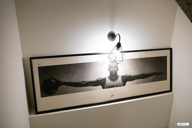 【大叔生活】2021 又是六天五夜的環島小筆記 (住宿篇) - 樓梯間有幅非常經典的 Michael Jordan 臂展海報