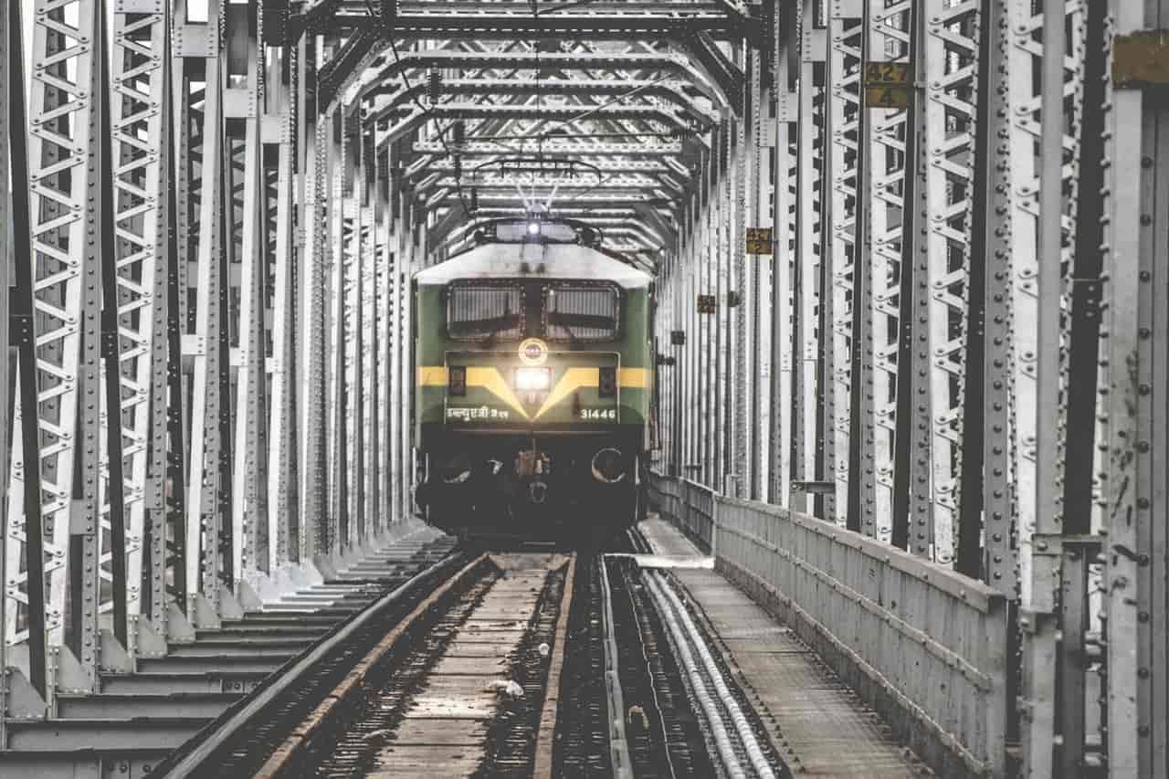 train ko hindi me kya kehte hain?? train meaning in hindi