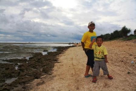 Pantai Sayang Heulang memanjakan anak-anak untuk bermain di pantai.