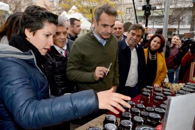 Ο πρωθυπουργός στη Λάρισα: Οι συνομιλίες με πολίτες - Η δοκιμή μελιού και οι... selfies (φώτο)