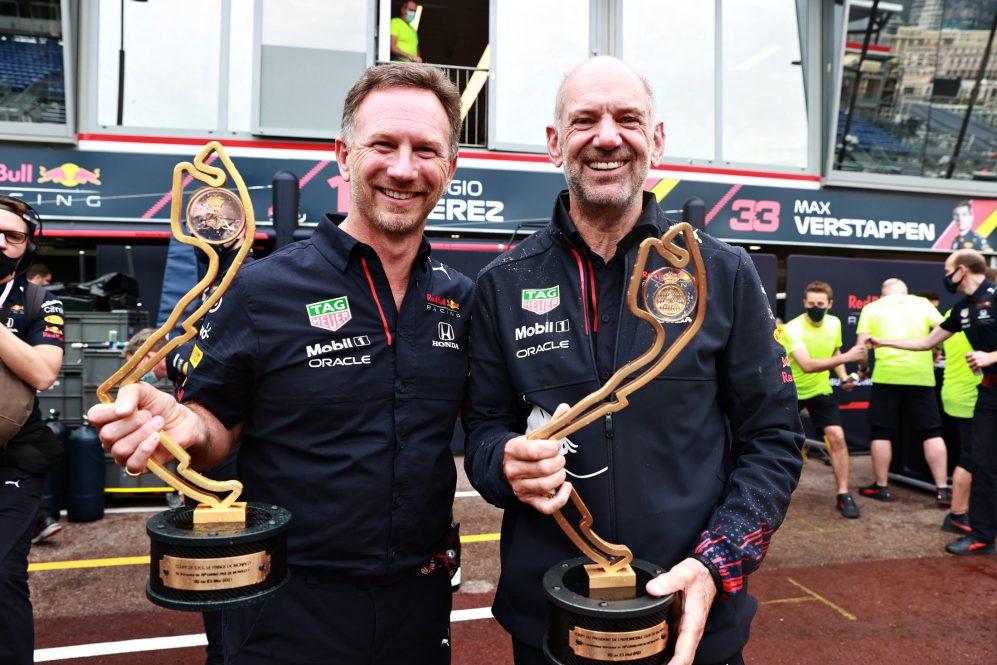 Horner e Adrian Newey comemoram a Red Bull liderando a classificação pela primeira vez na era turbo-híbrida
