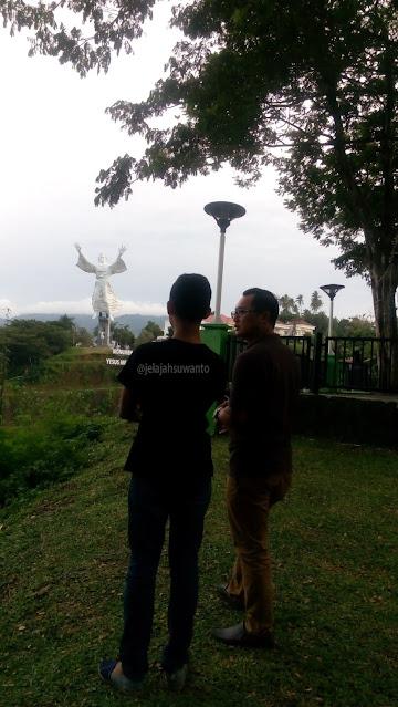 Menghabiskan sore bersama anak di spot foto Monumen Yesus Memberkati, Manado ||jelajahsuwanto