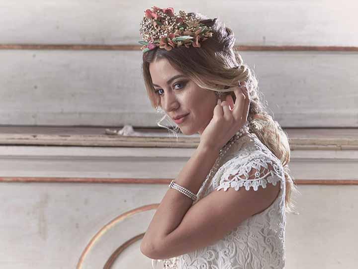 peinado para novia con corona flores 2020