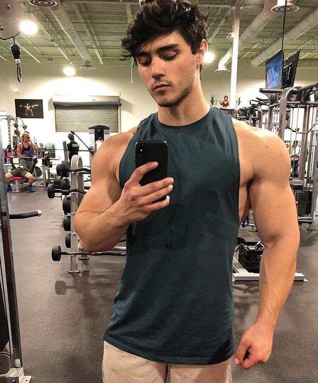 barechest-muscle-fit-gym-bro-selfie
