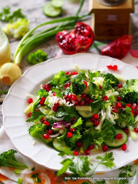 mieszanka sałat z zielonymi warzywami i granatem , sałatka zielona , granat , detox , wiosenne przebudzenie , lekko i smacznie , zielona dieta , domowe jedzenie