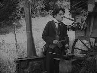 """Кадр из фильма Чарли Чаплина """"Скиталец"""" (1916) - 7"""