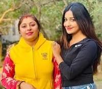 छवि पांडे अपनी बहन के साथ