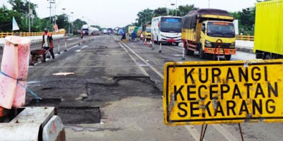 Jalan rusak, melintasi jalan rusak, tips dan trik melewati jalan yang rusak, tips mengemudi