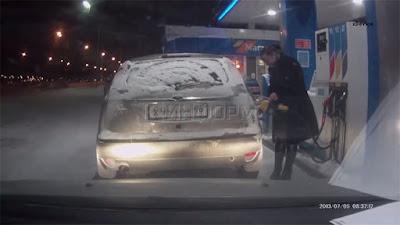 Αυτή η γυναίκα αποφάσισε να ανάψει αναπτήρα την ώρα που έβαζε βενζίνη… (Video)