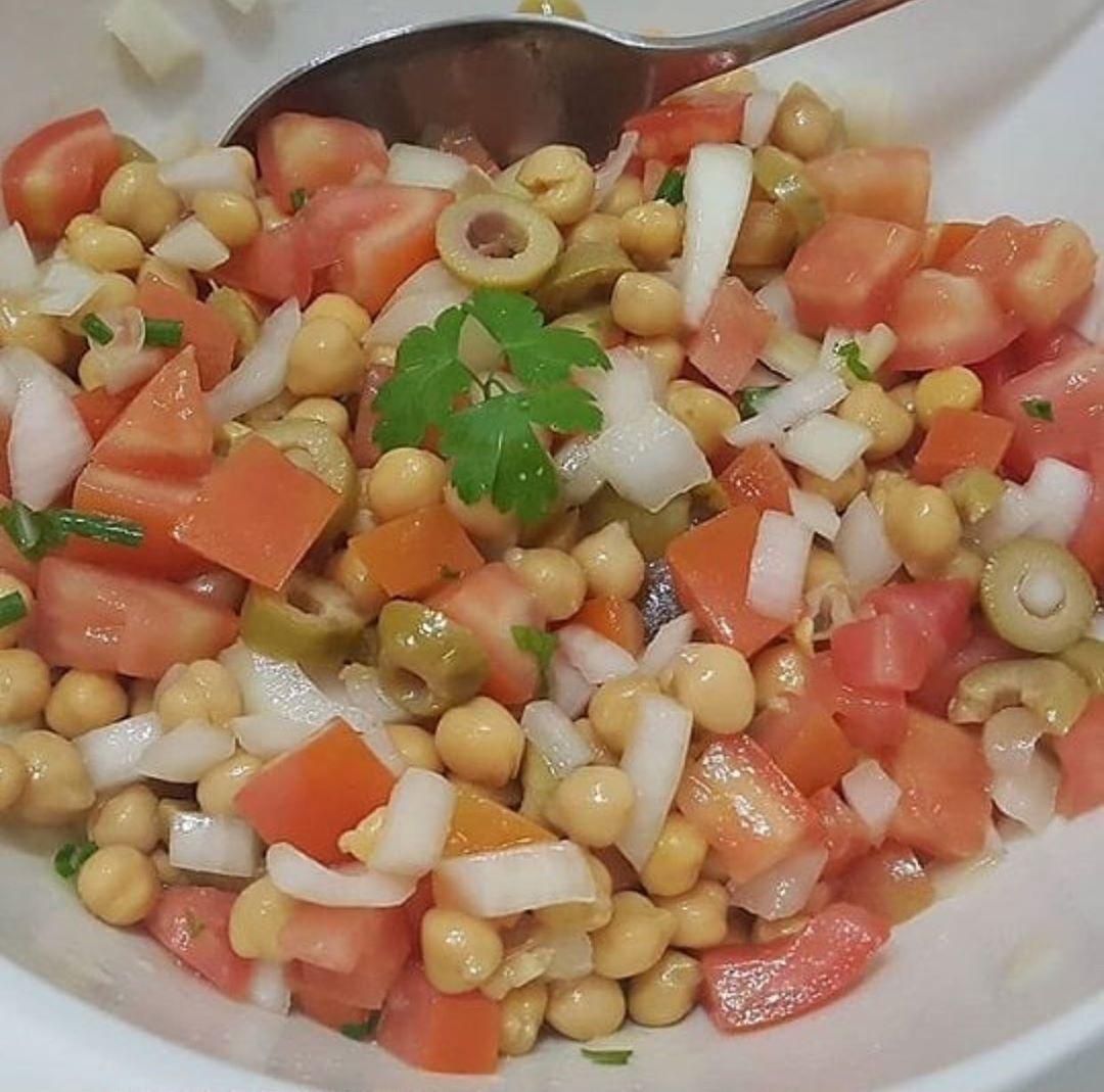 Salada de grão de bico com tomate e cebola