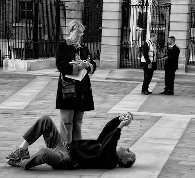 Anciano tomando una foto en el piso.