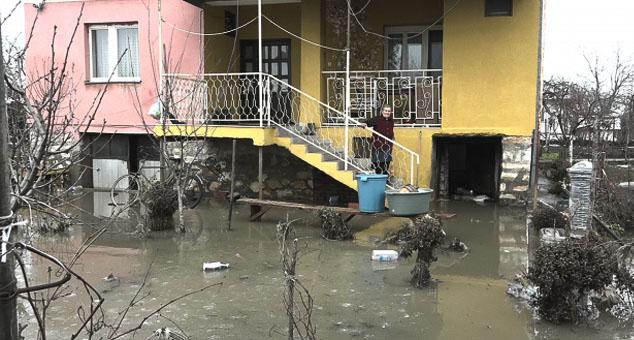 Док се у већини српских места на централном Космету вода полако повлачи, реке се враћају у своја корита и стање постепено нормализује, мештани у селима Радево и Лепина у општини Липљан још увек се боре са воденом стихијом.